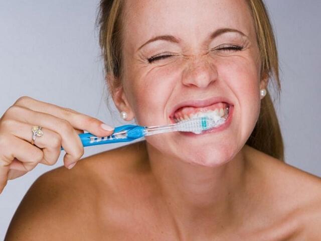 При чистке зубов жесткой щеткой выступает кровь