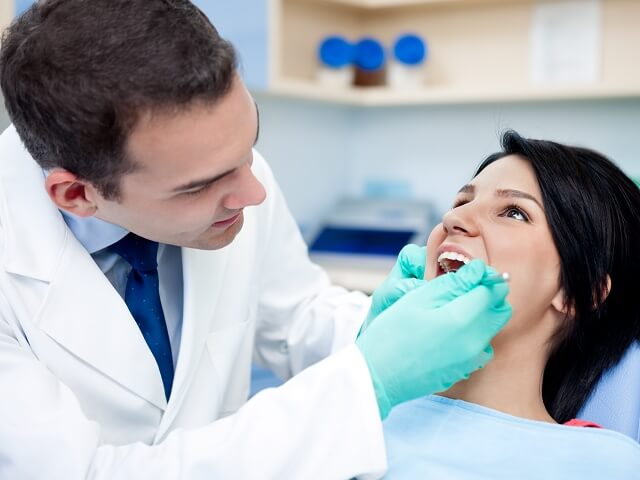 При кровоточивости десен необходимо обратиться к стоматологу для консультации