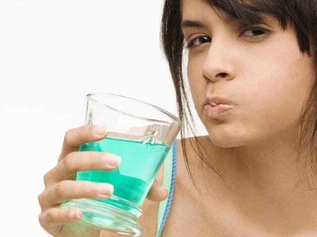 Для лечения и профилактики кровоточивости десен проводится полоскание полости рта
