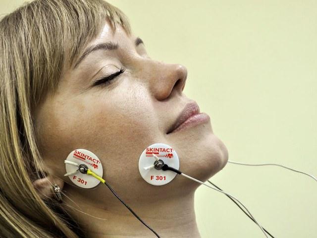 Женщина на обследовании челюсти при артрозе