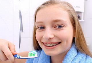 Как чистить зубы с брекетами правильно