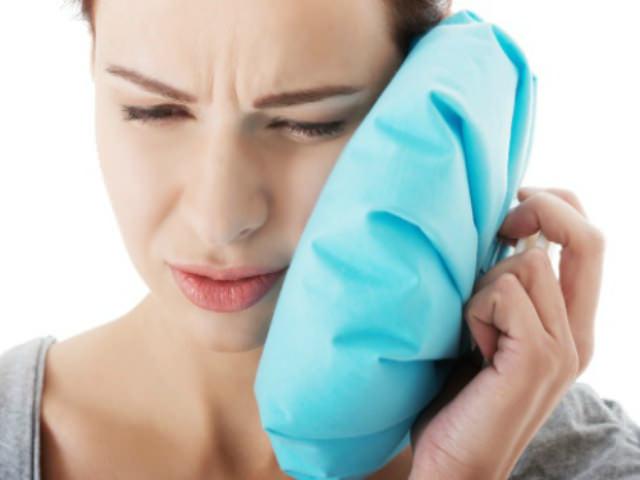 Приложите лед к щеке после удаления зуба