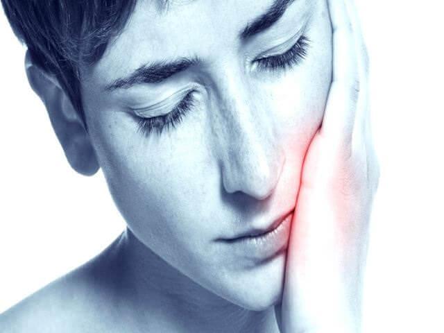 заболевание челюсти у девушки
