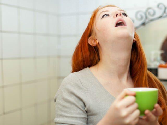 Полоскание рта в ванной комнате