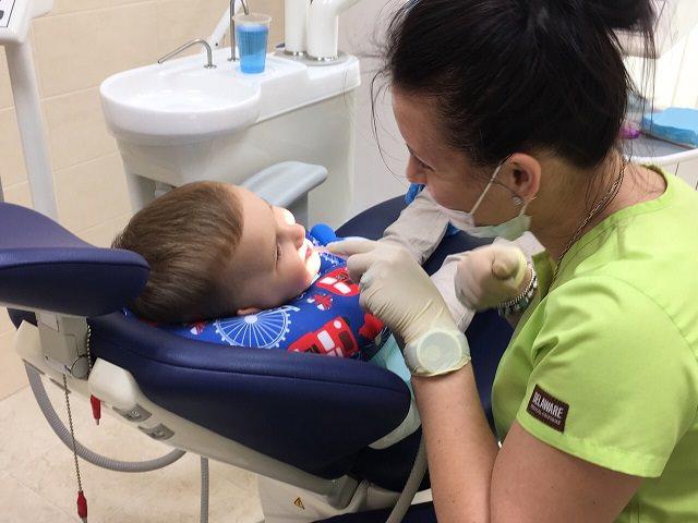 Осмотр у стоматолога - выявление пульпита у ребенка