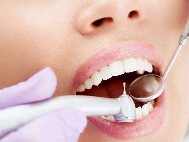 Осмотр у стоматолога для выявления пульпита