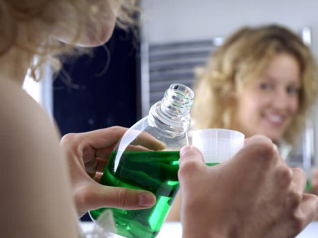 Полоскание рта различными растворами - один из методов лечения