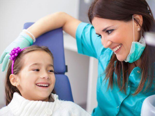 ребенок в кресле у стамотолога