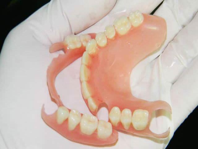как правильно чистить зубные протезы