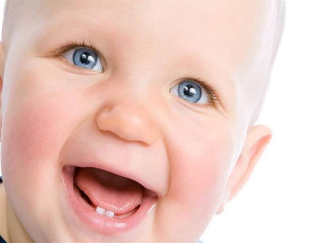 Выросли первые зубы